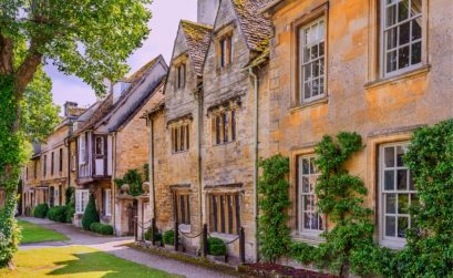 Cotswolds Airbnb row of honey stone coloured buildings in the cotswolds england to stay