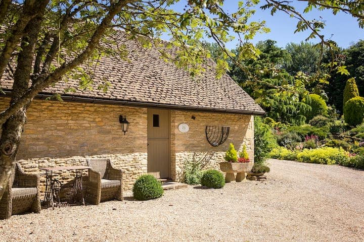 outside of cotswolds cottage barn conversion in great rissington cotswolds airbnb uk