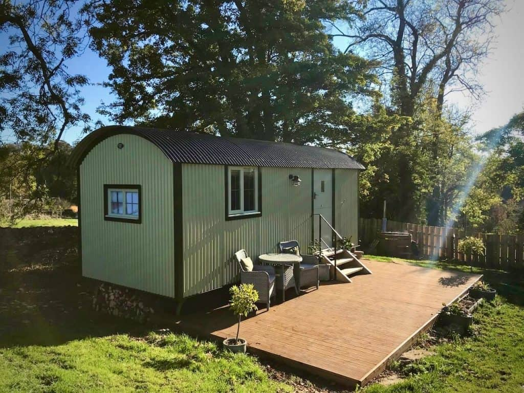 airbnb cotswolds england. green shepherd hut. places to stay in cotswolds