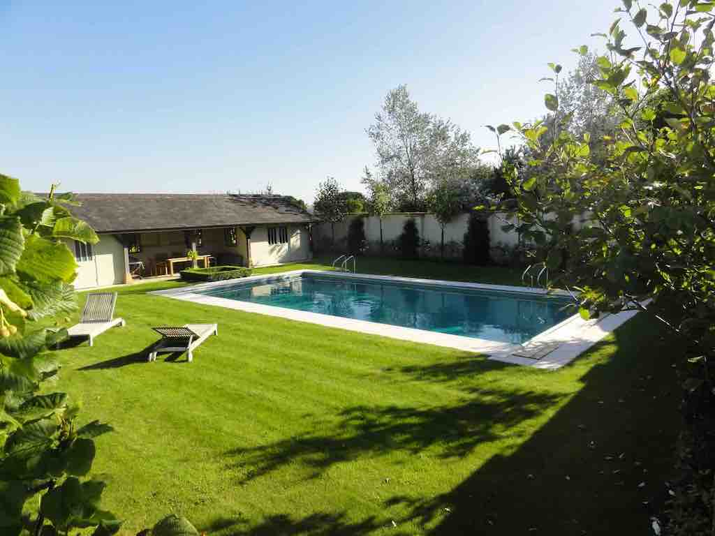 cotswolds farmhouse airbnb sleeps 10. there is an outdoor pool in garden